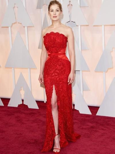 Exemplar! Rosamund Pike deslumbrante neste Givenchy vermelho, com muita renda e uma fenda generosa.